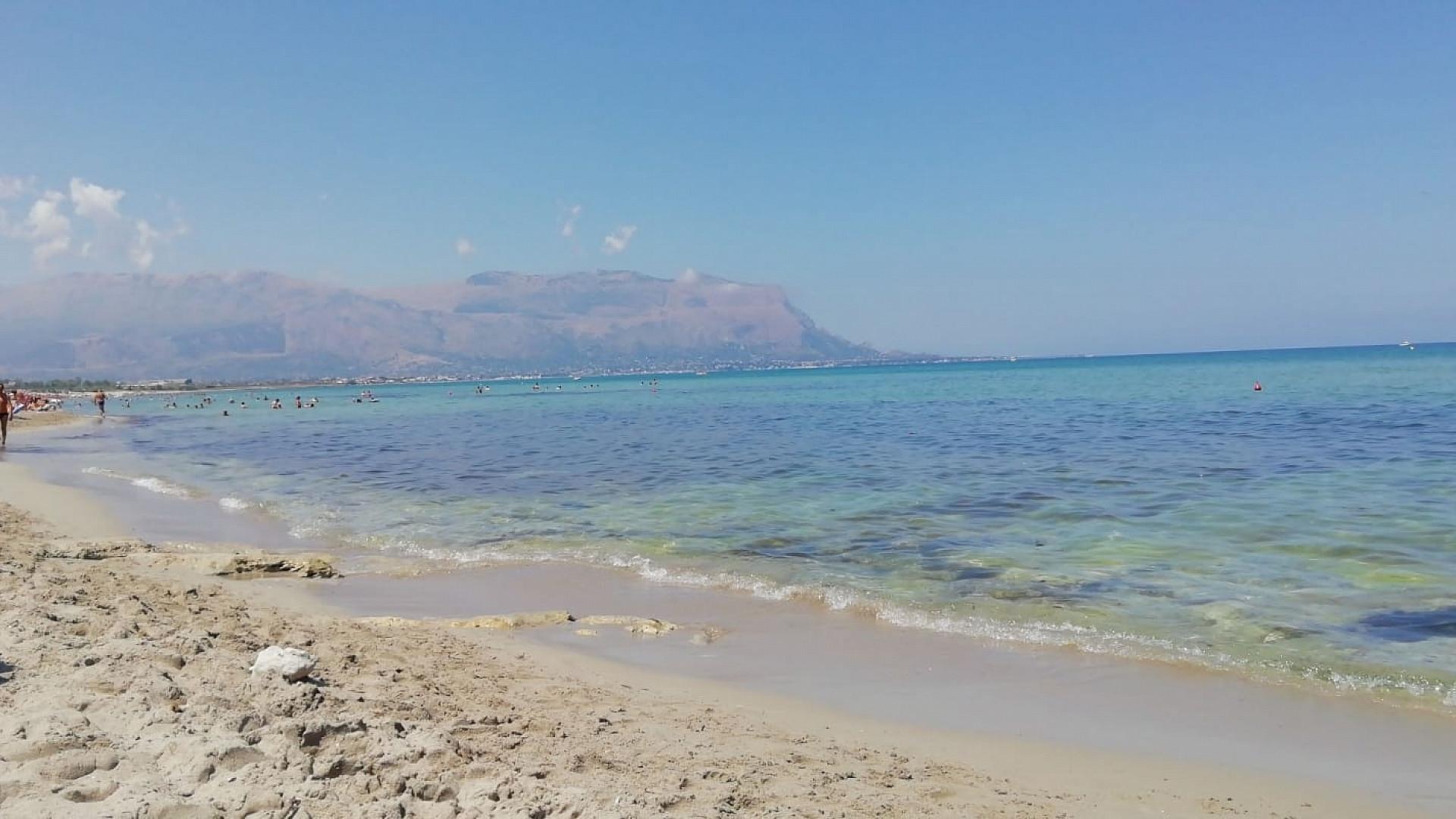 Bella acqua cristallina...sabbia sotto i piedi e di fronte la meravigliosa isola delle femmine di cui è nota per la peculiarità delle specie volatili che giungono per riprodursi